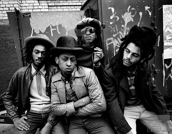 "Aswad, banda inglesa. Ed Motta se refere ao Aswad como ""o Earth, Wind & Fire do reggae""."